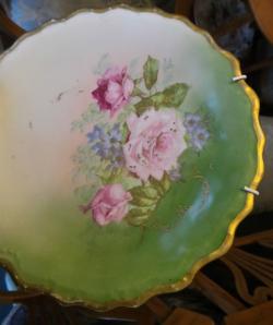 Настенная тарелка с цветочной росписью
