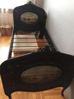 Старинная кровать из черного металла