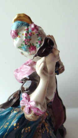 Дама, снимающая маску